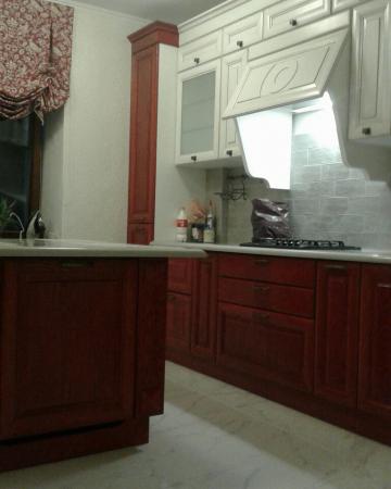 Кухня из массива дуба (комбинирование белый + махагон)