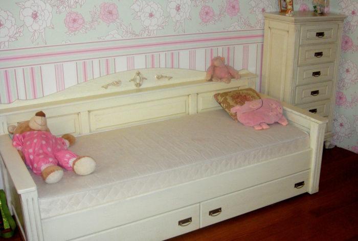 Кровать-диван из массива дуба