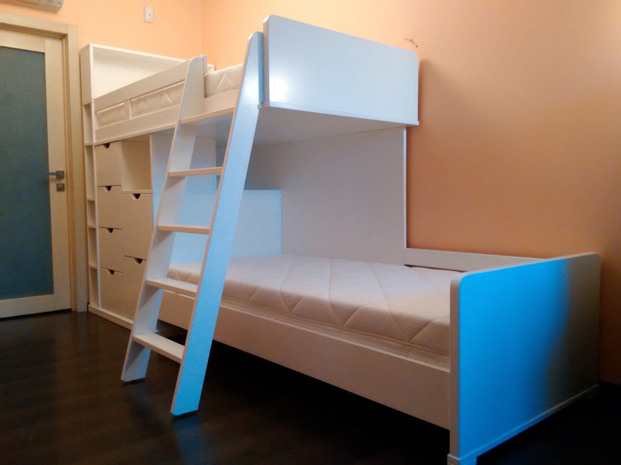 Кровать двухъярусная из массива ольхи