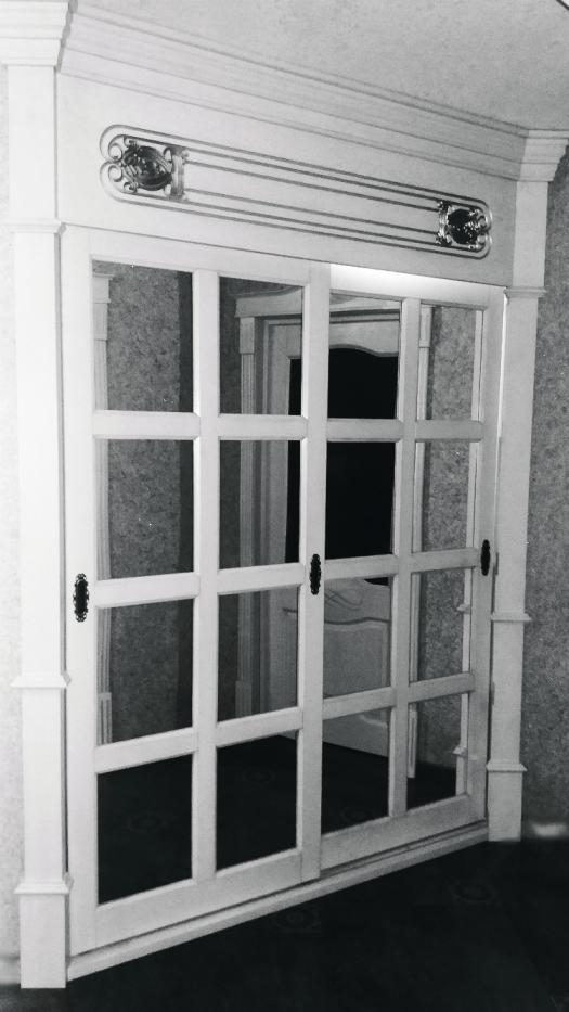 Шкаф-купе из массива дуба с зеркалом и фрезеровкой
