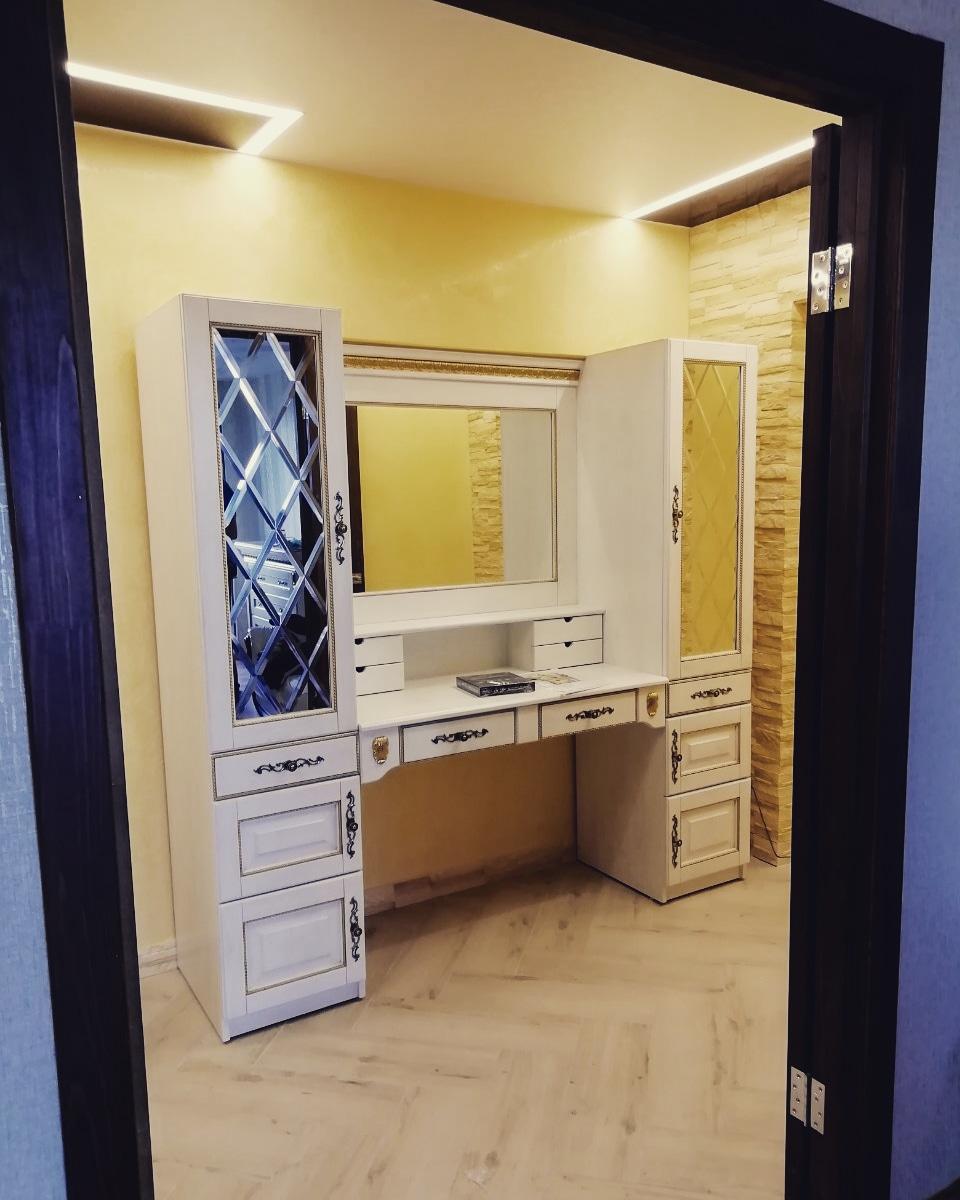Стол туалетный с зеркалом с гравировкой «Марселла»